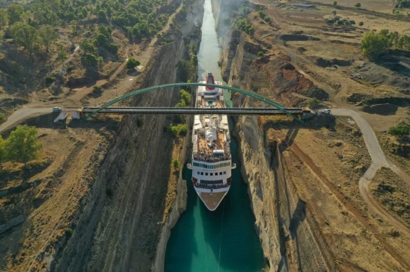 Crociera da record per la Braemar: è la nave più grande ad aver mai transitato il Canale di Corinto