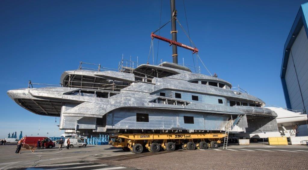Uniti scafo e sovrastruttura di Benetti FB274, custom yacht di 65 metri