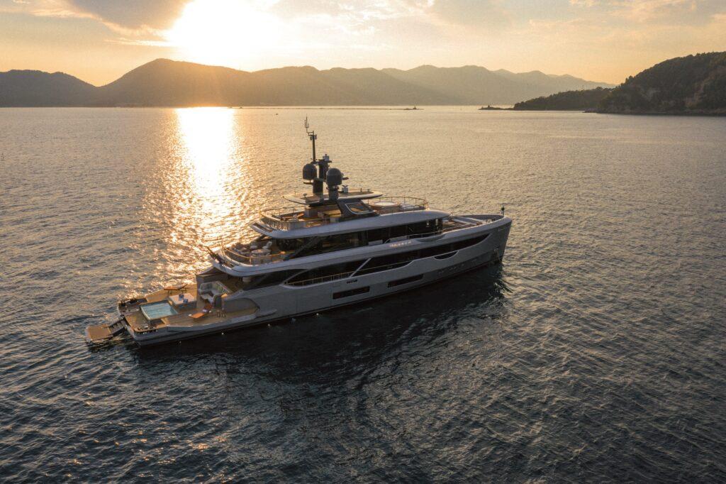 """Benetti Oasis 40M M/Y """"Rebeca"""": uno yacht innovativo, raffinato e informale che esalta il contatto con il mare"""